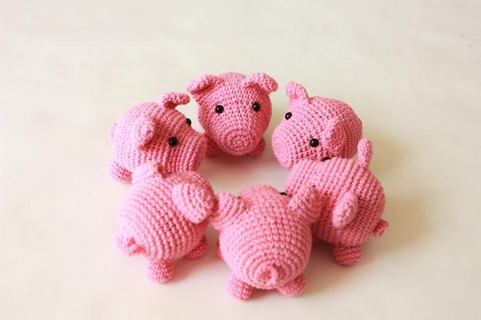 sechs kleine Schweine in rosa Farbe, nebeneinander in Kreis geordnet - Amigurumi für Anfänger