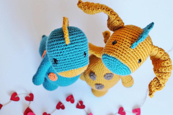 zwei Drachen blau und gelbe Kombinationen, der ein hat große gelbe Ohren