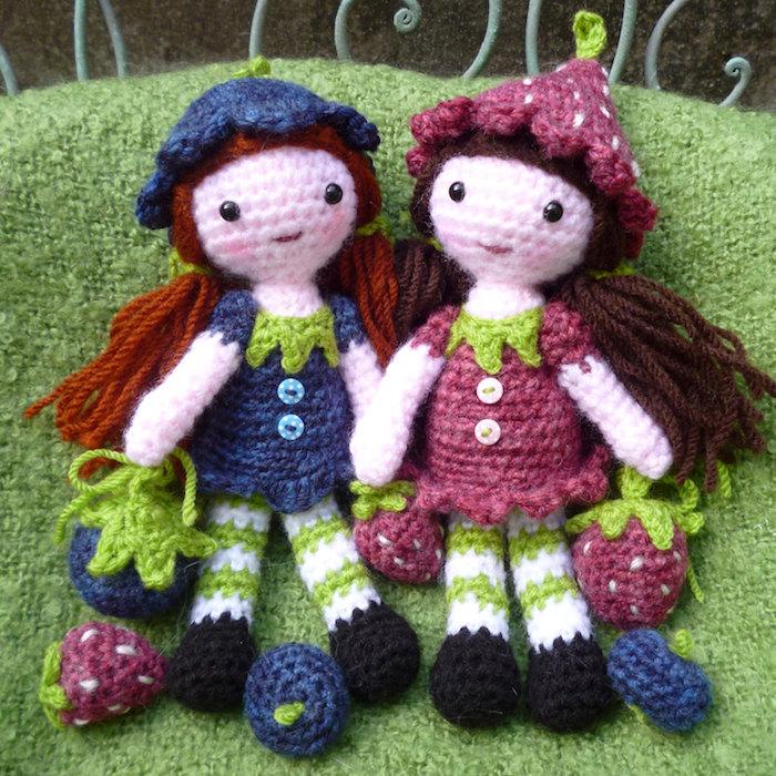 zwei Mädchen wie Beeren und wie Feen in rosa und lila Farbe Amigurumi für Anfänger