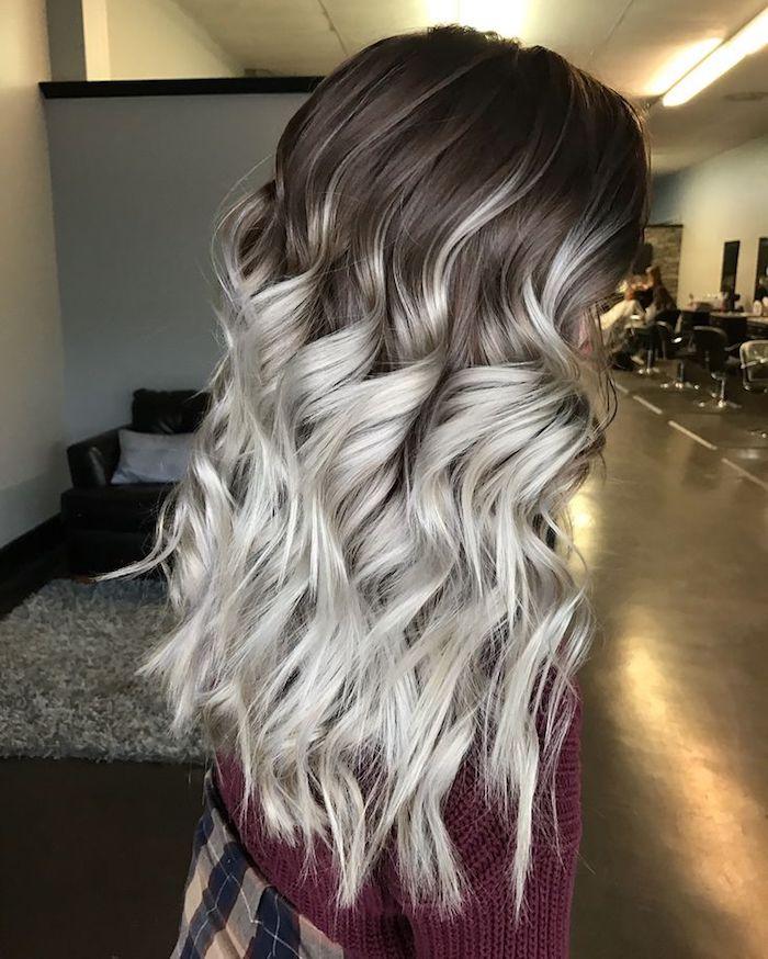 mittellange lockige haare in grau und braun, haare tönen