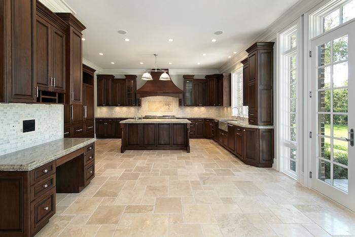 Bodenbelag Küche beige Fliesen moderne Ausstattung aus Holz schöne Beleuchtung