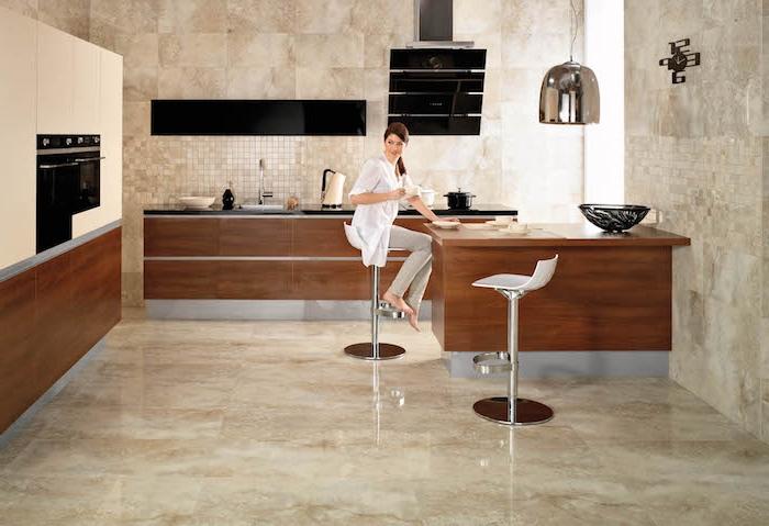 Bodenbelag Küche große keramische Fliesen eine Theke und zwei Hocker, eingebaute Geräte