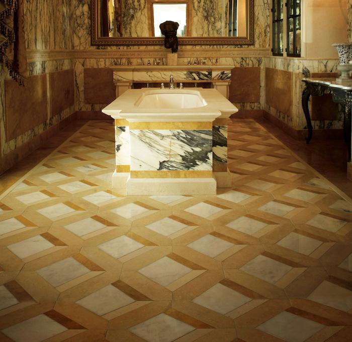 Design Fußboden 3D Fliesen mit geometrischem Muster neben Badewanne aus Marmor