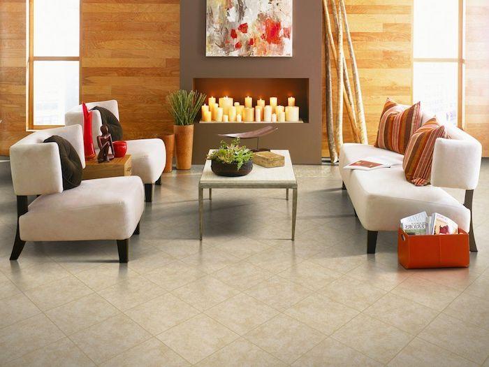 Fliesen im Wohnzimmer, Design Fußboden, ein Sofa und zwei Sessel Kerzen als Dekoration