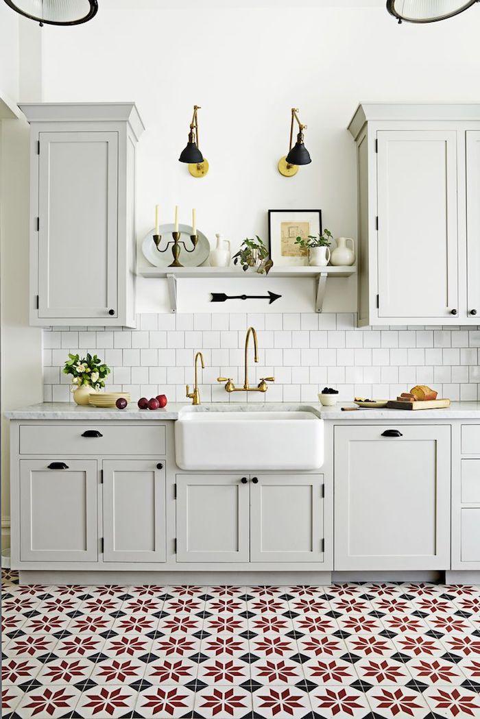 bunte Muster von Fliesen wie Blumen mit geometrischen Form, weiße Möbel Bodenbelag Küche