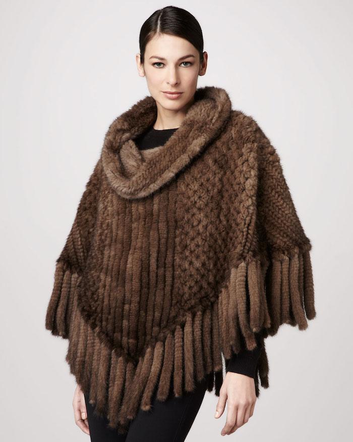 ein schwerer Poncho stricken aus braunem Faden, von einem Model präsentiert