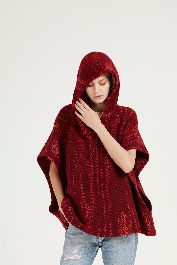 Rotkäppchen Poncho stricken für ein junges Mädchen mit modernen Jeans