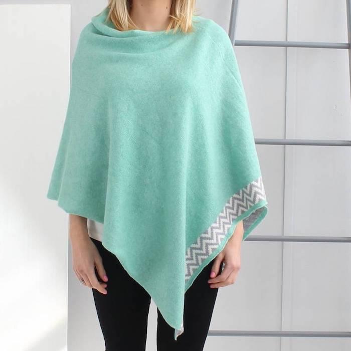 grün-blauen Poncho stricken mit Muster wie Dreiecke an dem einen Rand