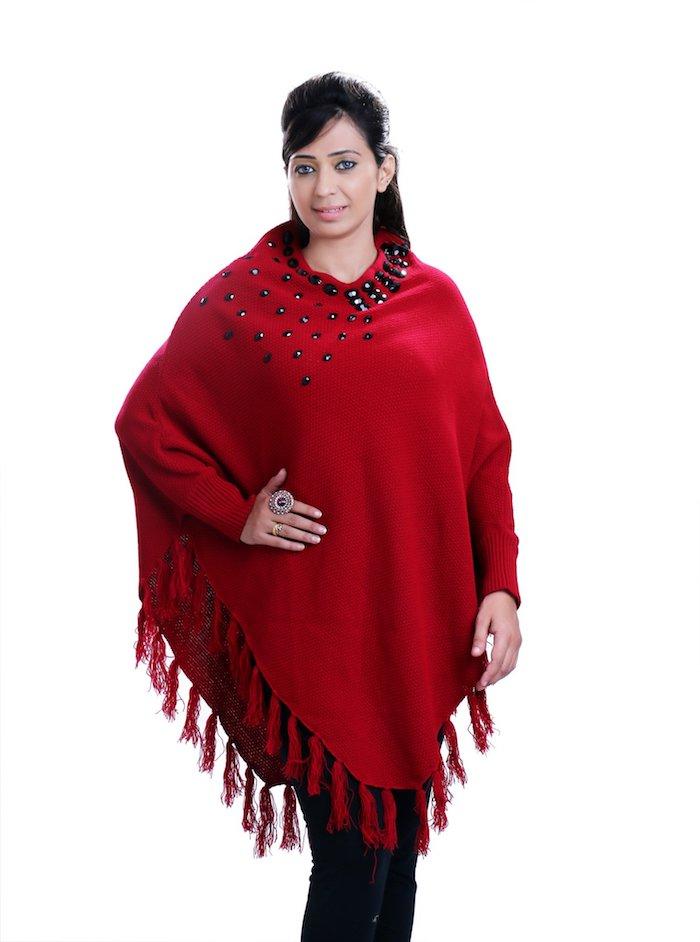 einen roten Poncho mit Knöpfen Dekoration und Fransen - Poncho Damen Strick
