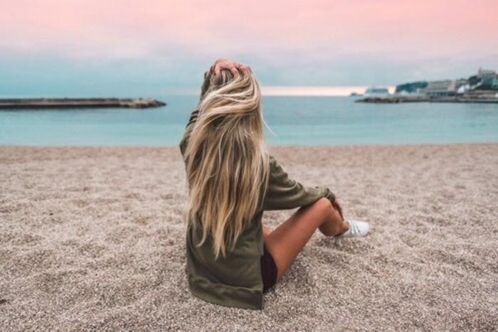 lange haare mit ombre frisur auf dem strand meer meeresambiente tolles foto