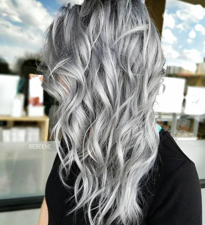 graue tönung, mittellange lockige silberne haare, schwarzes t-shirt