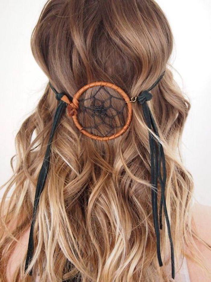 helle spitzen tolle frisur schön dekoriert mit einem traumfänge hippie stil der frisur