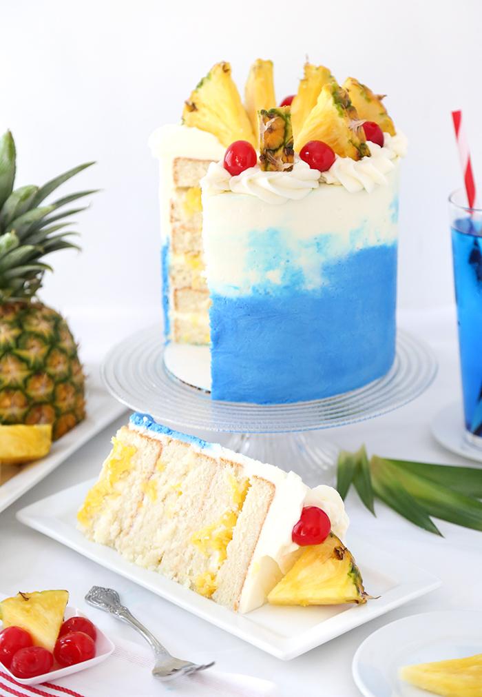 hawaii geburtstagstorte mit sahne, buttercreme, ananas und kirschen