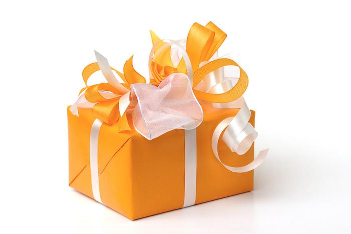 Geschenk, Geburtstagsgeschenk, Geschenkkiste, oranges Verpackungspapier