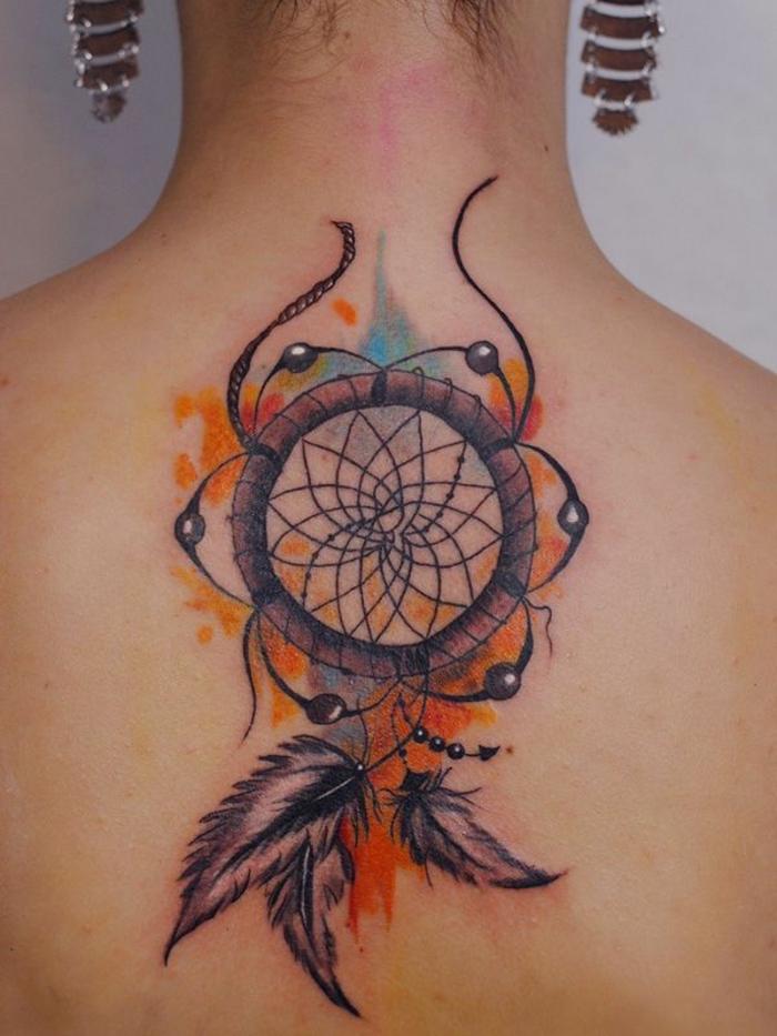 hier ist eine idee für einen tattoo auf dem nacken einer jungen frau mit einem schönen winzigen dreamcatcher mit dre kleinen federn