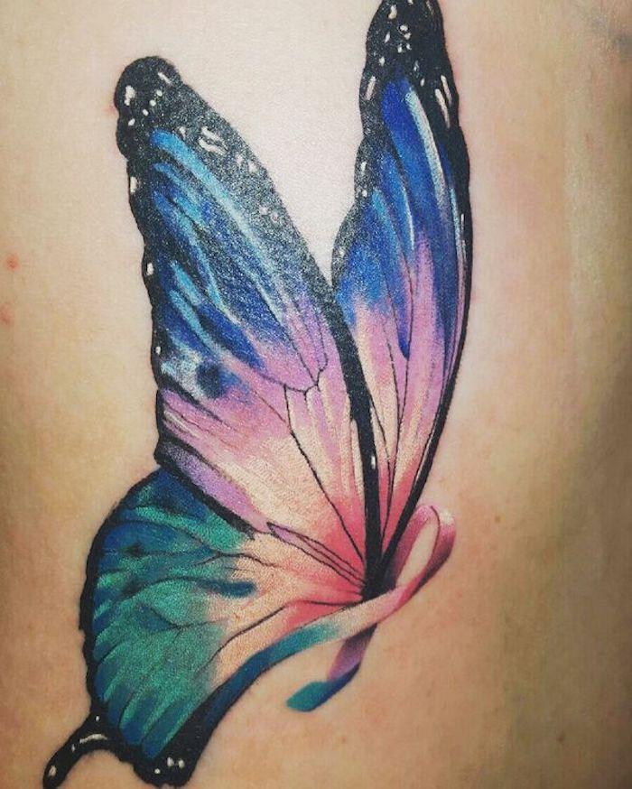 ein sehr schön aussehender, mörchenhafter, bunter tattoo mit einem großen fliegenden schmetterling mit großen blauen flügeln