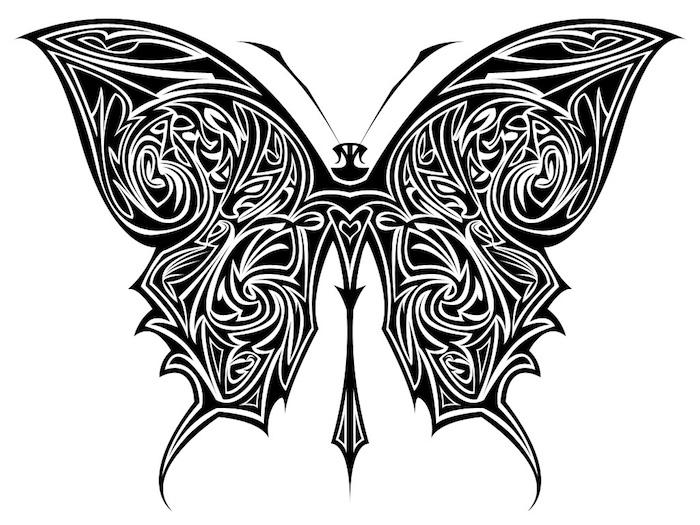 ein schwearzer, toller tattoo mit einem schwarzen und außergewöhnlichen schmetterling mit langen schwarzen flügeln
