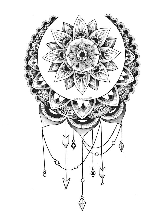 schwarzer tattoo mit tollen mandala motiven und kleinen weißen pfeilen