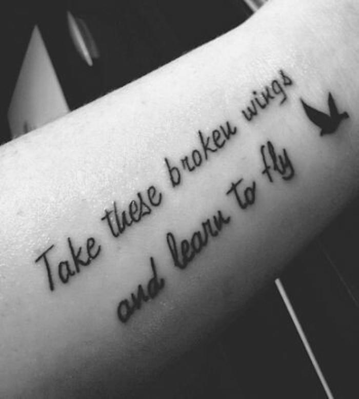 vogel tattoo mit kleinen schwarzen überschriften - idee zum thema tattoo schriften handgelenk