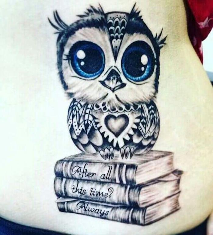 das ist eine idee für einen mini tattoo owl - kleine süße eule mit blauen augen und drei büchern