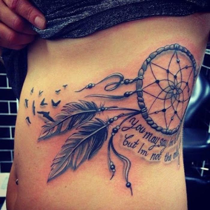 hier ist eine idee für einen ganz tollen und sehr schön aussehenden tattoo mit einem schwarzen großen dreamcatcher mut zwei schwarzen federn und kleinen schwarzen vögeln