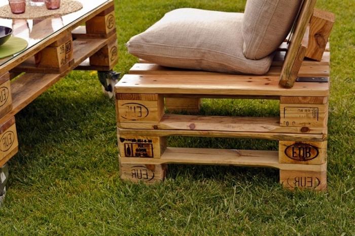 jetzt zeigen wir ihnen ein sofa und einen tisch, die aus alten paletten gebaut wurden