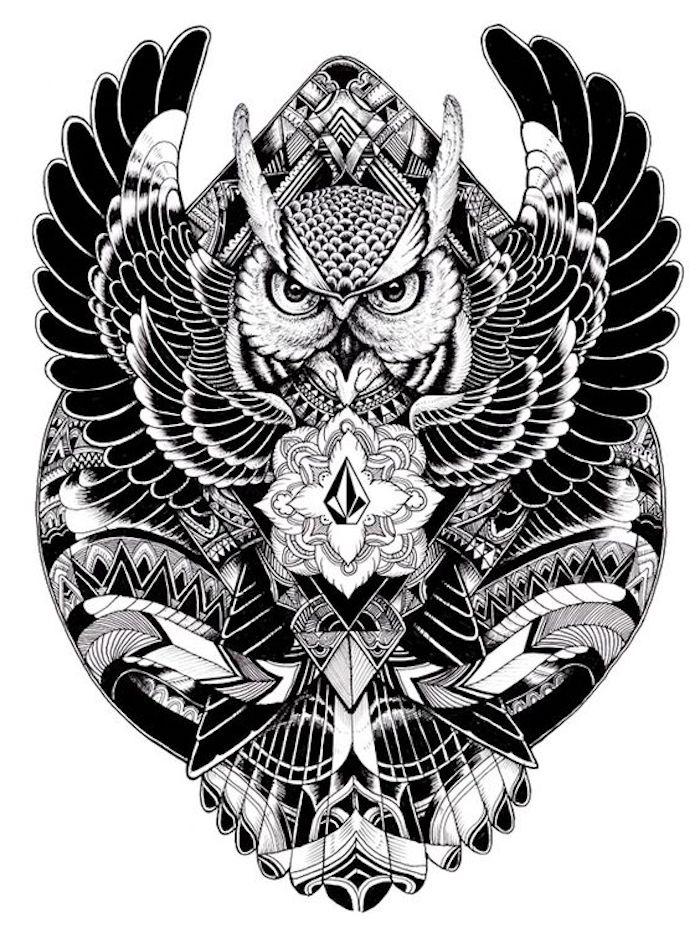 werfen sie einen blick auf unsere idee für einen owl tattooo .ein fliegender schwarzer uhu mit schwarzen federn