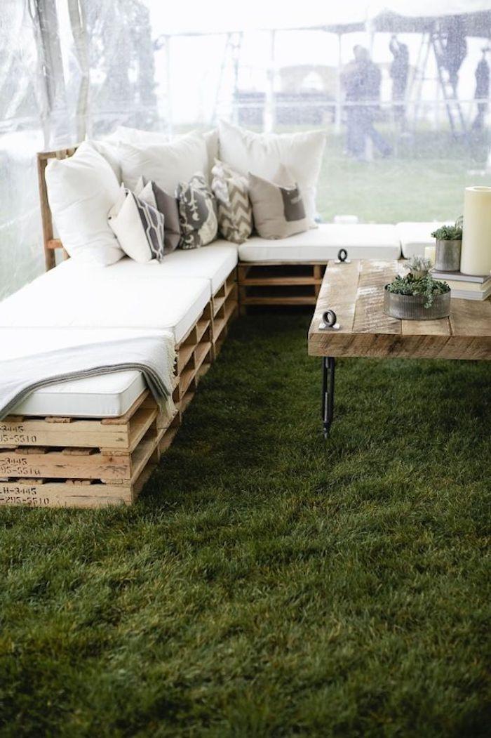 werfen sie einen blick auf diese idee für moderne sofas mit weißen kissen und tisch aus alten europaletten - idee für palettenmöbel terrasse