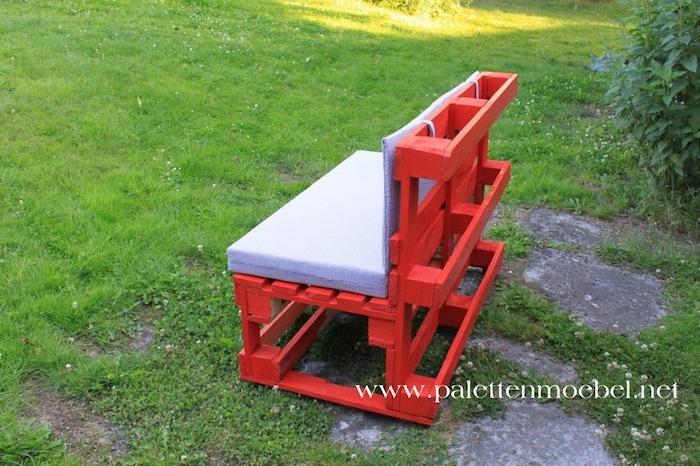 das ist eine idee zum thema palettenmöbel terrasse - hier ist eine kleine schöne rote bank aus alten paletten mit lila kissen