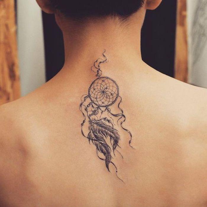 jetzt zeigen wir ihnen noch eine unserer ideen für einen tattoo mit einem kleinen winzigen tatttoo mit einem schwarzen traumfänger auf dem nacken einer frau