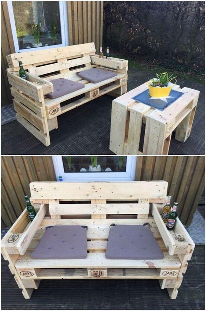 werfen sie einen blick auf diese idee zum thema palettenmöbel terrasse - ein sofa aus holz und zwei lila kissen und ein tisch aus alten europaletten