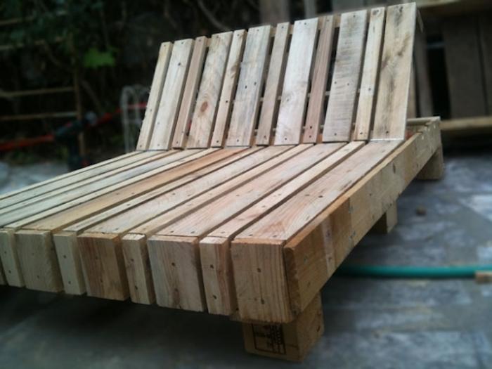 hier ist ein moderner liegestuhl, der aus alten paletten gebaut wurde - idee für tolle palettenmöbel für außenbereich