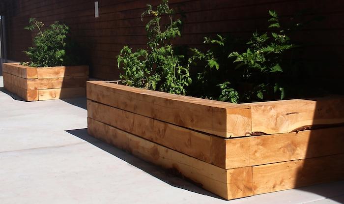 Hochbeet selber bauen und an den Zaun legen, halb in der Sonne, halb im Schatten