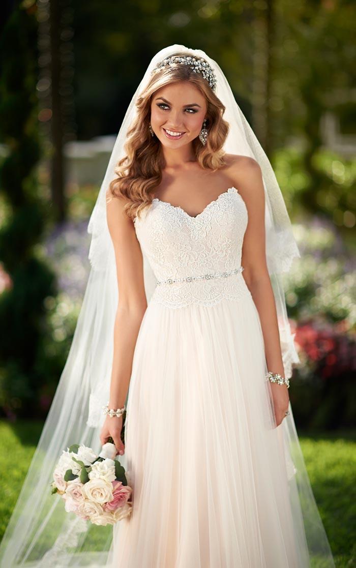 hochzeitskleid in creme mit spitze und kleinem gürtel mit kristallen, lockige haare, schleier