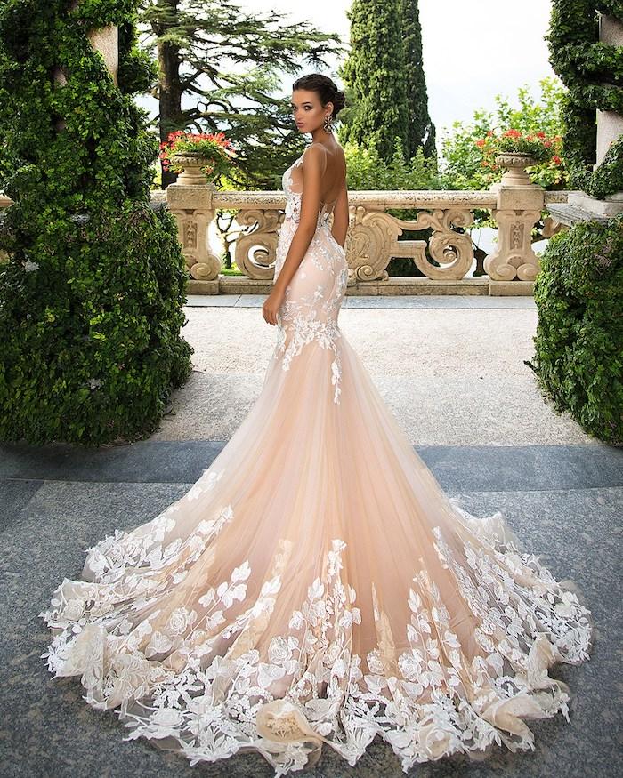 hochzeitskleid in creme mit weißer spitze, meerjungfrauenkleid, hochsteckfrisur
