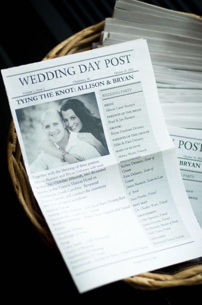 Hochzeitszeitung mit dem Plan von der Hochzeitsparty und schauer Titel schönes Foto von Brautpaar