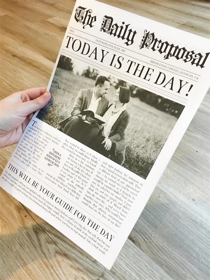 Hochzeitszeitung, die Hochzeitsantrag heißt und Foto von Brautpaar mit einem dicken Buch
