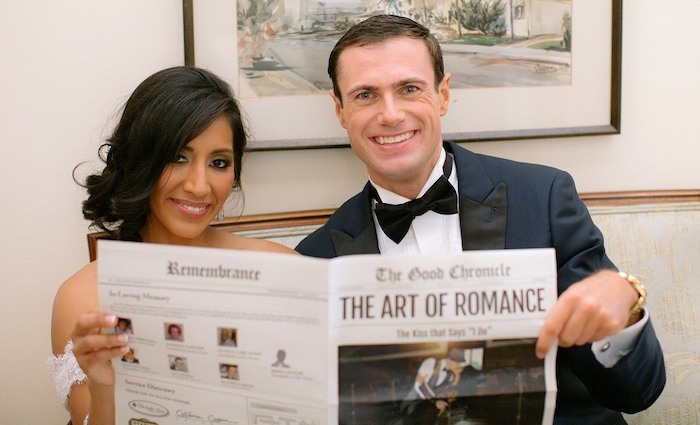 am Hochzeitstag haben die Neuvermählten mit der Hochzeitszeitung ein Foto gemacht