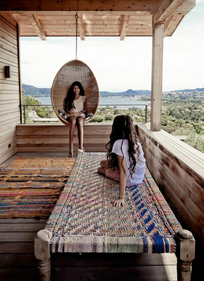 Holz Balkon Terrasse gestalten mit Schaukel Sitzbank und kleinem Teppich