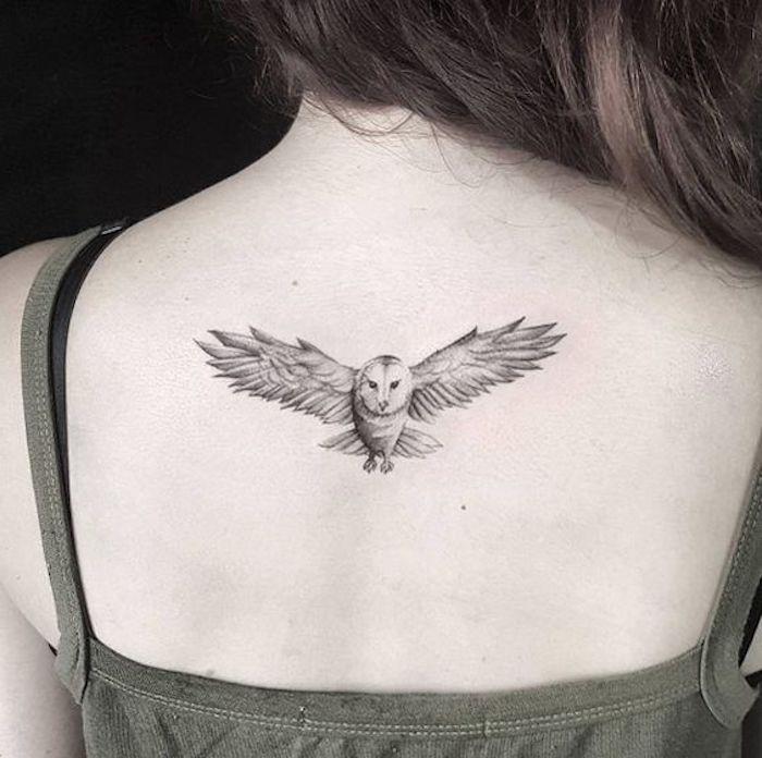 kleine fliegende eule - idee für einen owl tattoo auf dem rücken einer jungen frau
