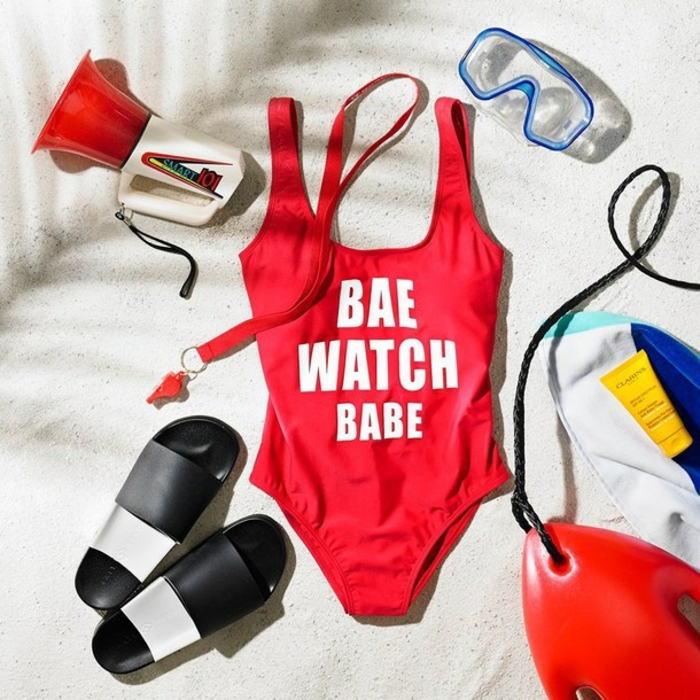 strandkleidung damen tolle ideen roter badeanzug mit schrift flip flops