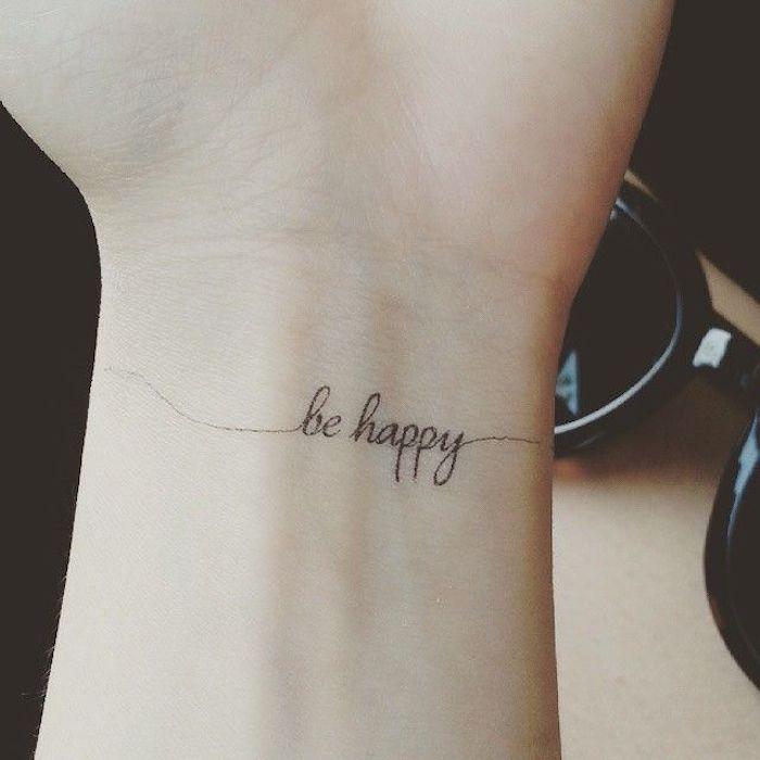 tattoo schriften - werfen sie einen blick auf diese idee für einen kleinen schwarzen winzigen tattoo auf dem handgelenk