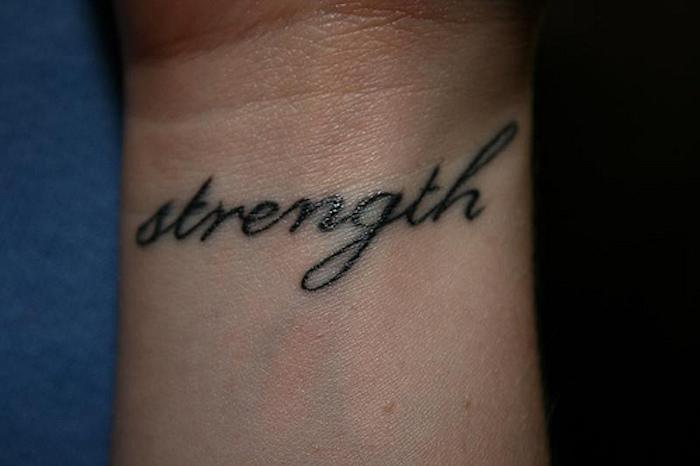ein kleiner schöner tattoo auf dem handgelenk - idee für tattoo schriften
