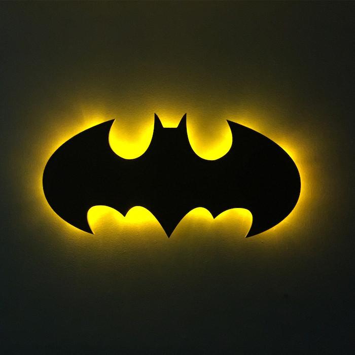 eine idee zum thema batman symbol, die den fans sehr gut gefallen kann - hier ist eine schwarze fliegende fledermaus