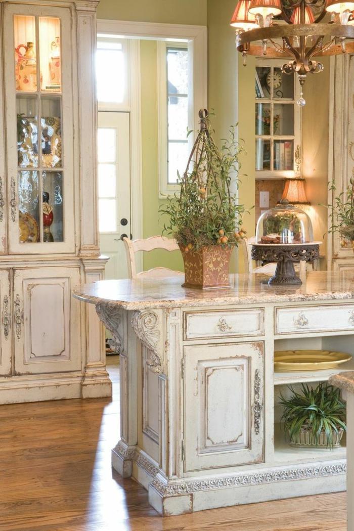 shabby chic küche mit klassischem kronleuchter und blumen deko