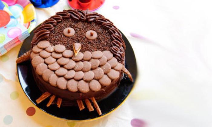 kinder torten, geburtstagskuchen-eule mit schokolade und keksen