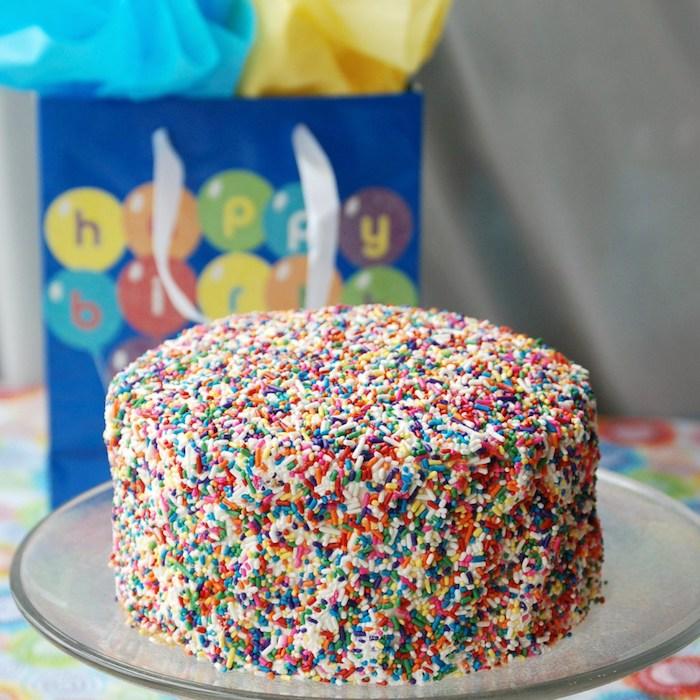 kinder torten, kuchen mit vanille, sahne und bunten streuseln
