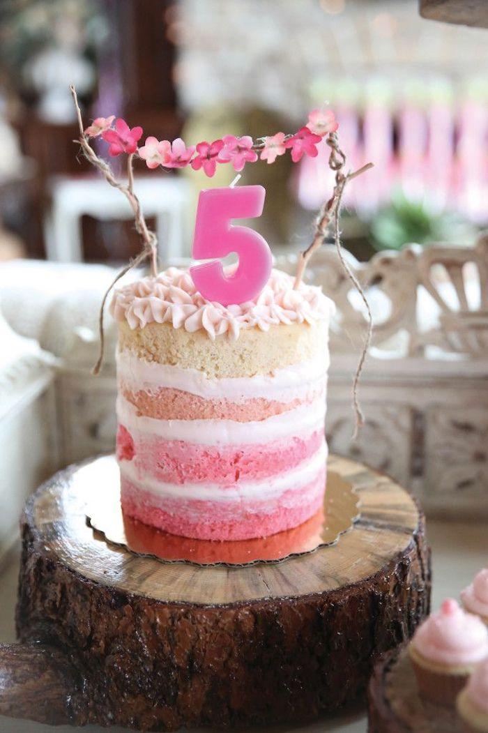 kinder torten, torte im ombre-look, dekoriert mit rosa buttercreme