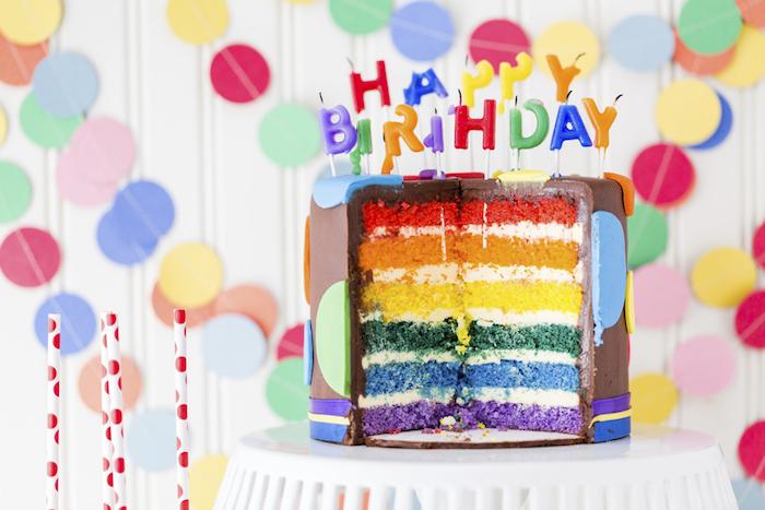 geburtstag torte mit schichten in den farben des regenbogens