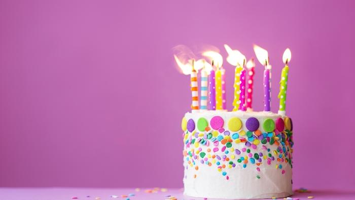 Geburtstagstorte mit fröhlicher Dekoration und bunten Kerzen, Ideen für Geburtstagsfeier